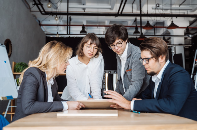 business-people-having-discussion-meeting_1153-3938